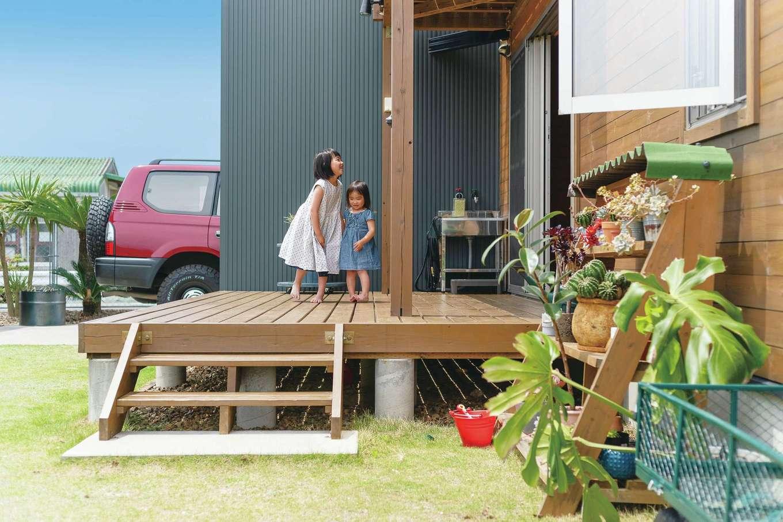 BESS浜松【子育て、収納力、インテリア】BBQを楽しむウッドデッキは広めに設計し、便利な水場も設置した。伸ばした外壁が目隠しとなり、プライベートを確保。最高の日向ぼっこスペースに