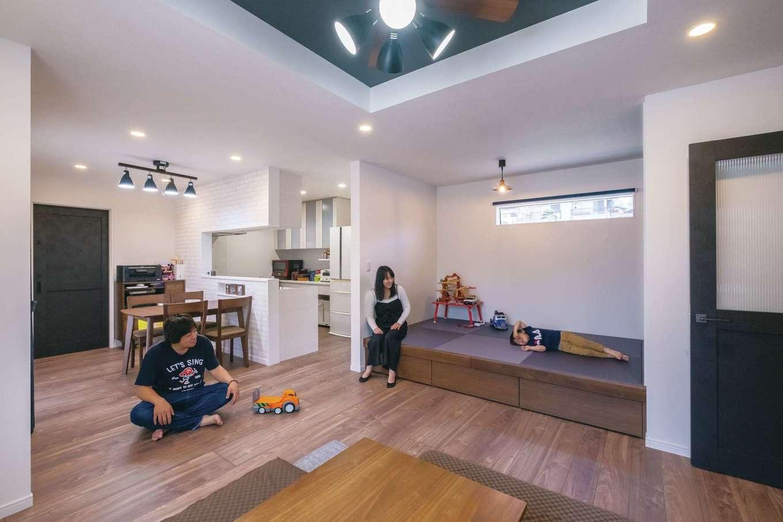 アフターホーム【デザイン住宅、間取り、ガレージ】開放感あふれる18 畳のLDK。小上がりの畳コーナーの下は収納。日当たり抜群で夕方遅くまで照明要らず