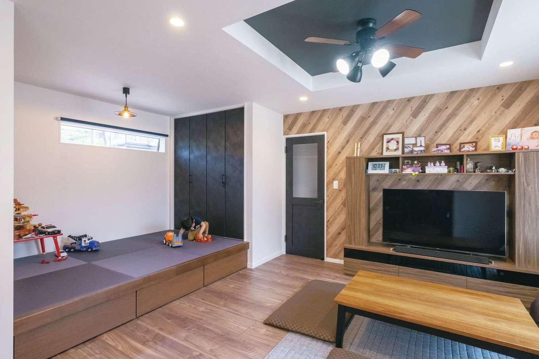 アフターホーム【デザイン住宅、間取り、ガレージ】リビングを折り上げ天井にしてアクセントを。フローリング、テレビステーション、畳コーナーの色合いを揃え、空間に統一感が生まれた