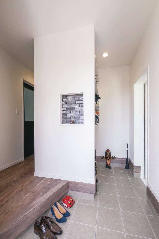 アフターホーム【デザイン住宅、間取り、ガレージ】大容量のシューズクローゼットを備えた土間玄関。右奥のドアを開けるとバイクガレージへつながる