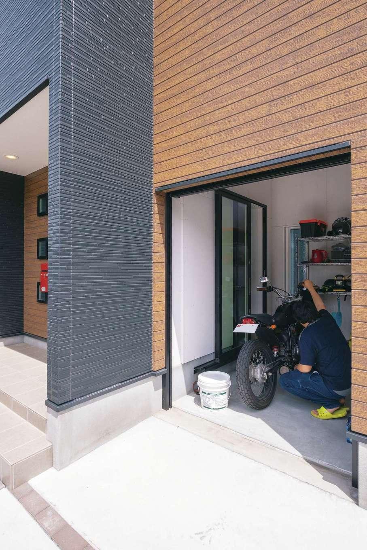 アフターホーム【デザイン住宅、間取り、ガレージ】玄関からも出入りできるインナーバイクガレージ