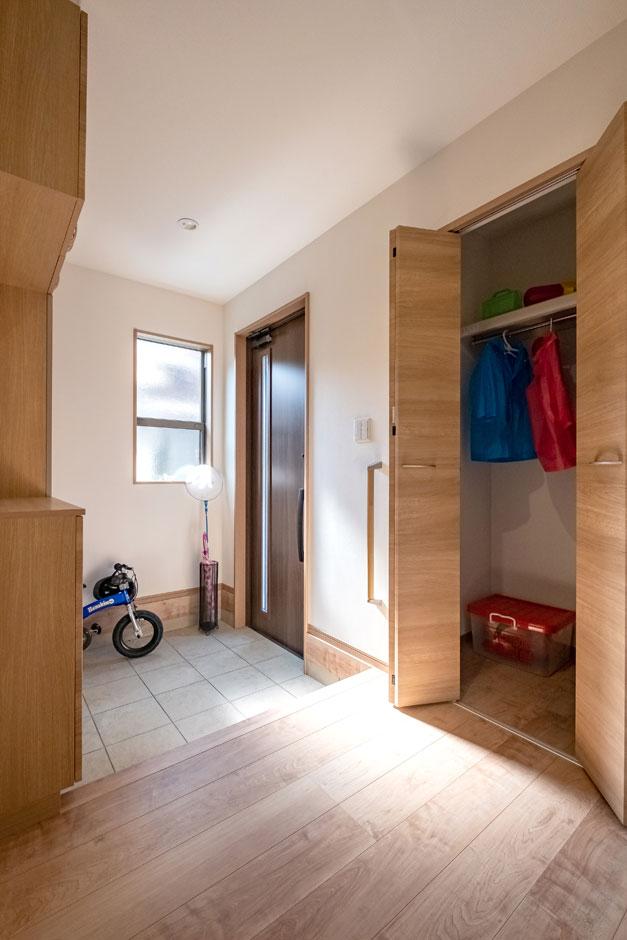 建築システム(狭小住宅専門店)【自然素材】LDKを広く取るため土間収納のスペースは割愛した。天井まで届く下駄箱と、雨具や上着も収納できるクローゼットを玄関ホールに設けて、土間収納にも劣らない収納力を確保している