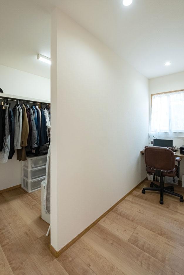 建築システム(狭小住宅専門店)【自然素材】寝室に隣接した書斎では、ご主人が仕事に関する調べ物をしたり集中してパソコン作業をする。その奥は、夫婦のウォークインクローゼット。2階で取り込んだ洗濯物をそのまま収納できる便利な動線