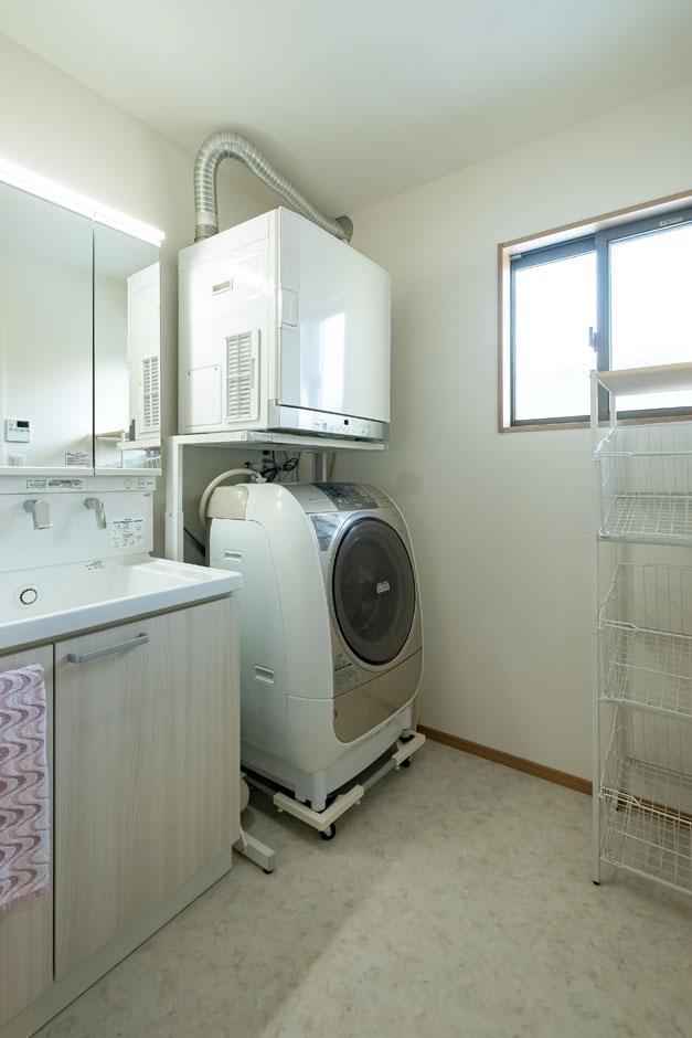 建築システム(狭小住宅専門店)【自然素材】ガス会社に勤めるご主人の勧めで衣類乾燥機を導入。浴室乾燥機と併せて雨の日に大活躍する。洗面脱衣所は、あらかじめ乾燥機のサイズと設置場所を確認してゆとりある広さと必要な配線を確保した