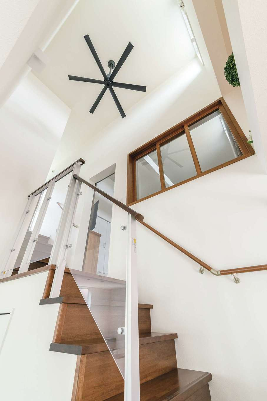 四季彩ひだまり工房 高田工務店【1000万円台、デザイン住宅、子育て】階段を上るとすぐ寝室へ。2階多目的ルームは、ご主人のワークアウト、バルコニーでの洗濯干しに活用