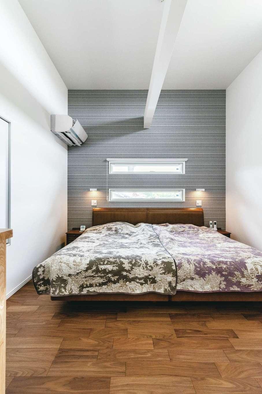 四季彩ひだまり工房 高田工務店【1000万円台、デザイン住宅、子育て】1.5階部分にある寝室は、2階部分まで天井を広げたゆとりあるスペース