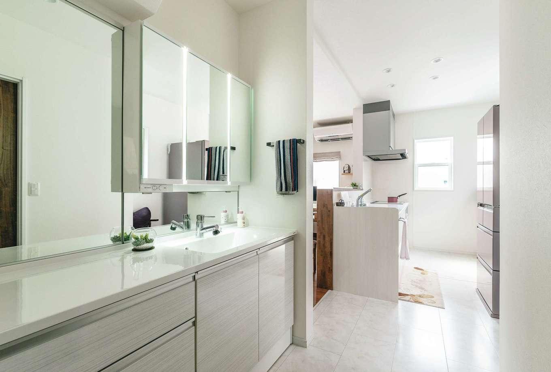 四季彩ひだまり工房 高田工務店【1000万円台、デザイン住宅、子育て】壁一面の鏡と、たっぷりの収納を備えた洗面台は奥さまのこだわり。『ひだまり工房』のスタッフの同行のもと、ショールームで探したもの