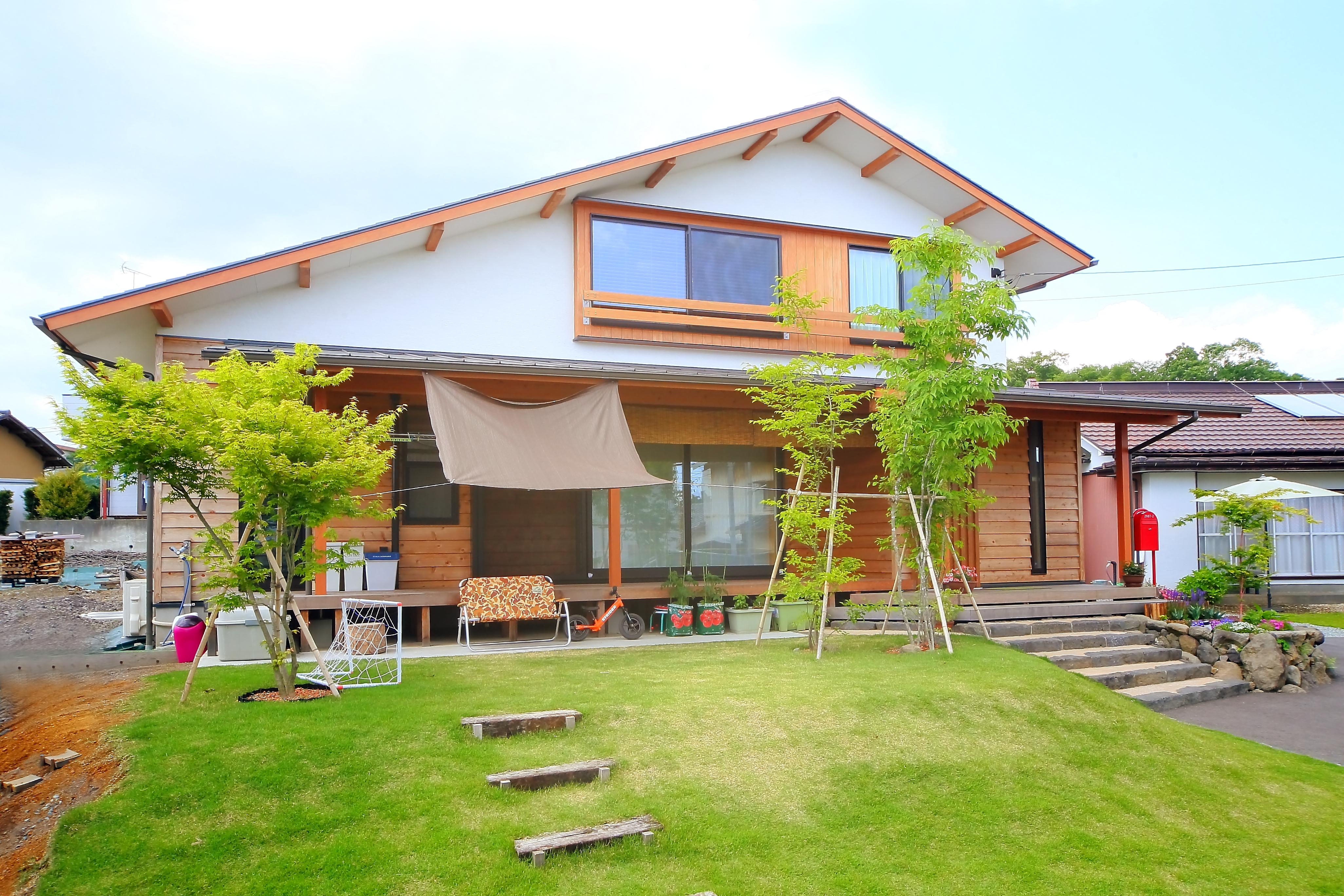 エコフィールド【自然素材、省エネ、間取り】大屋根と壁の木貼りが特徴的な外観
