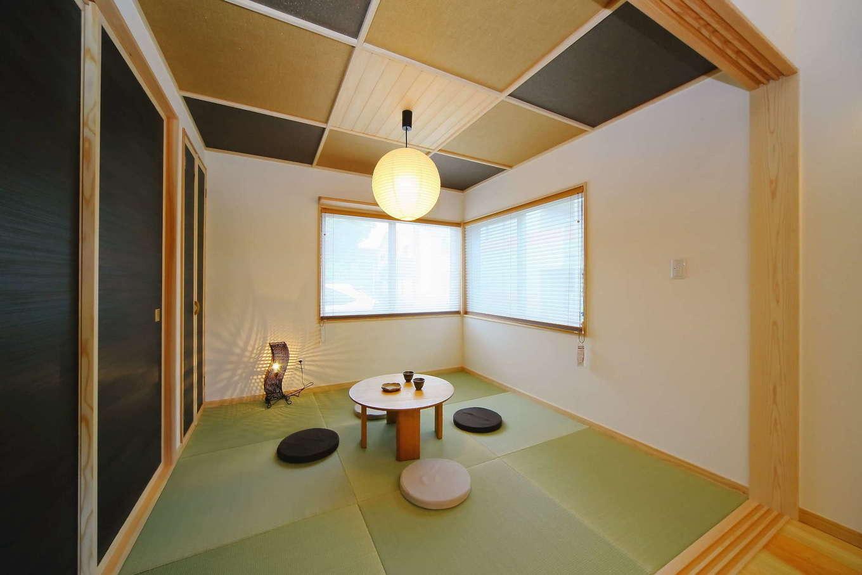 畳に合わせた天上の格子や襖の色使いがモダンな和室