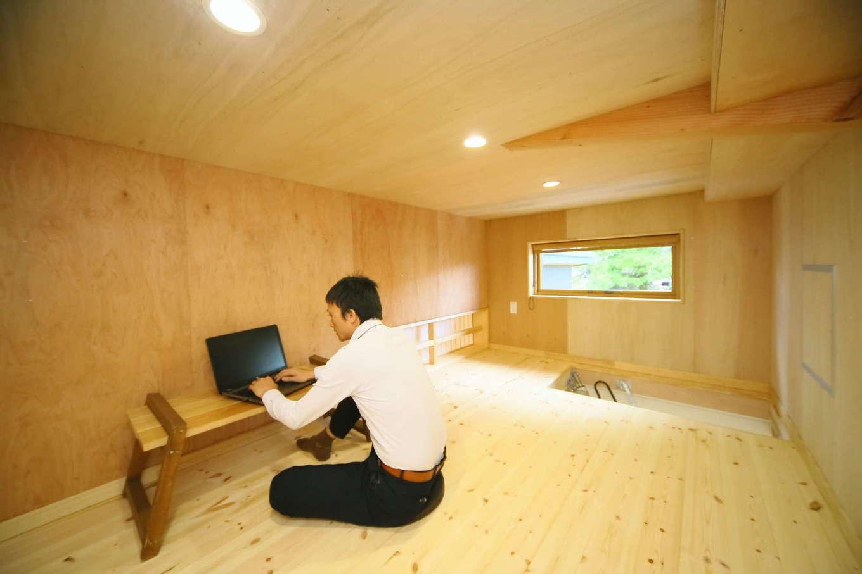 リビングの上に設けたロフトスペースは、ご主人の書斎に