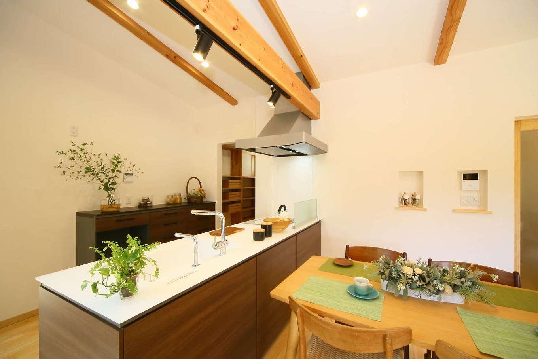 キッチンは視線を遮るものをなくしオープンに。スペースを広めにとってあるので、家族で料理をするのもスムーズ。奥は収納部屋で、玄関へも抜けられる