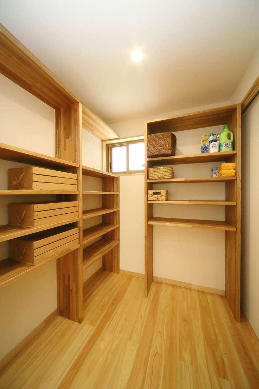 玄関とキッチンの二方向からつながり、多目的に使える収納スペース