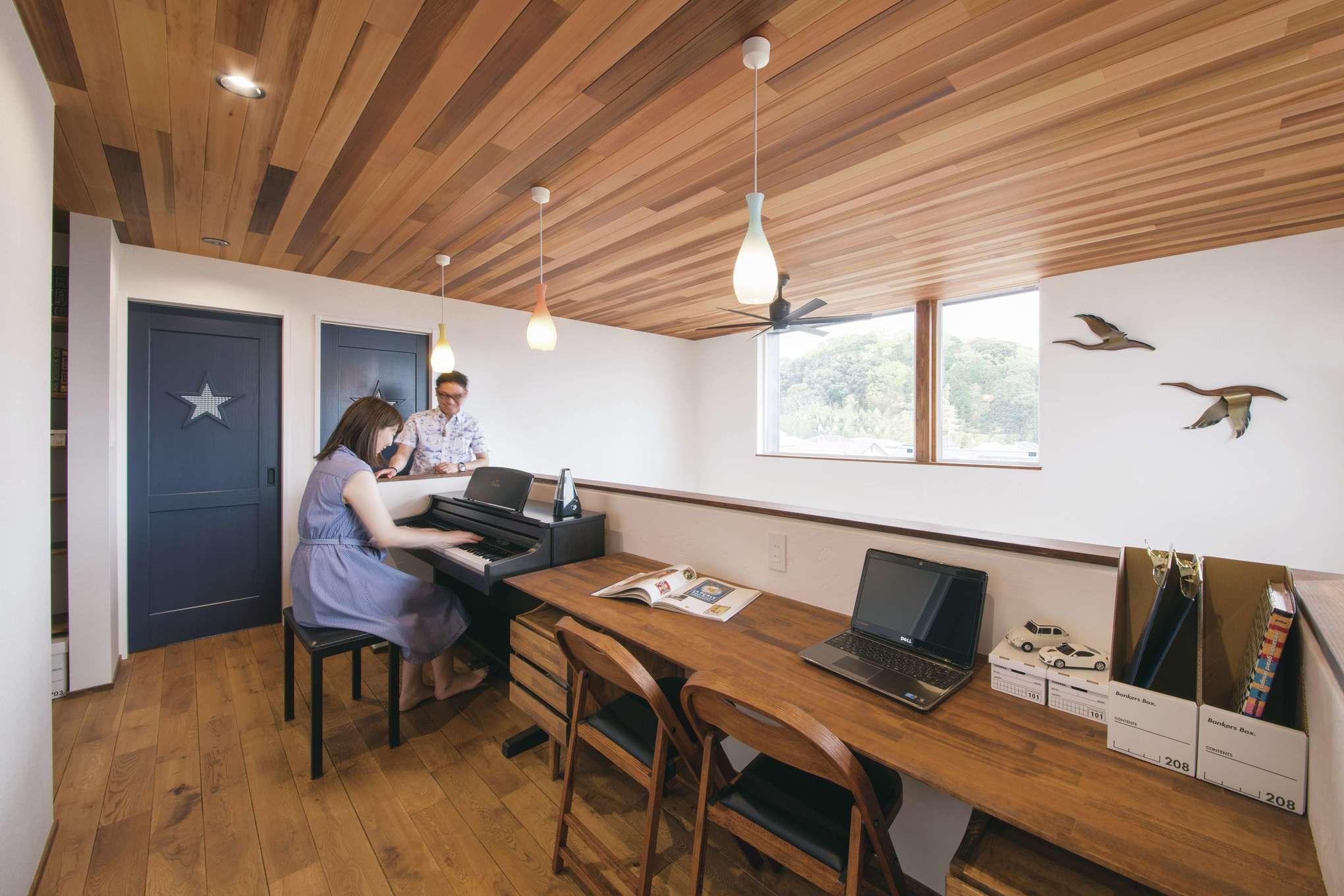 小幡建設【岡崎市岩津町・モデルハウス】2階のフリースペースはLDKを見渡せる開放的な空間。漆喰壁に飾った鳥のオブジェや照明に夫妻のセンスの良さが感じられる。カウンターはPC作業や読書など多目的に活躍