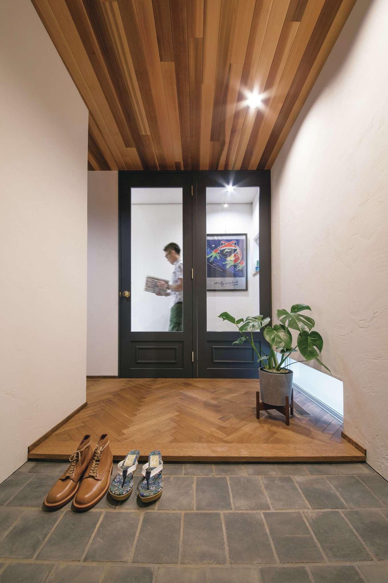 小幡建設【岡崎市岩津町・モデルハウス】レッドシダーの天井とヘリンボーンの床がバランスよく調和した玄関。サイドにはシューズクロークがある