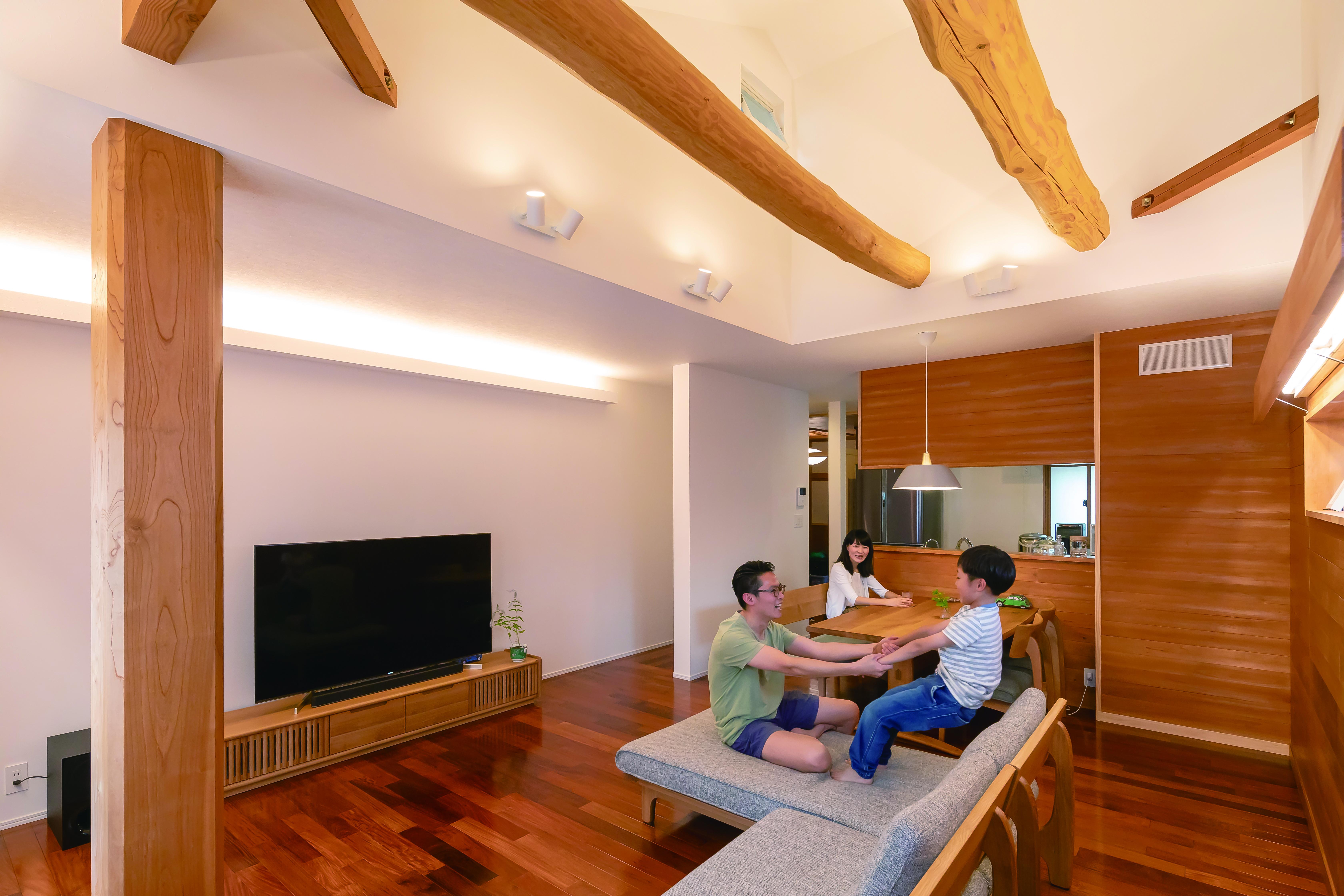 くらはし建築|天井を改修し、隠れていた梁を見せて開放感あふれる空間に生まれ変わった子世帯。カリンの床は既存のまま、天井のヒノキを壁に転用。白い壁の反対側は親世帯で、音は全く気にならない