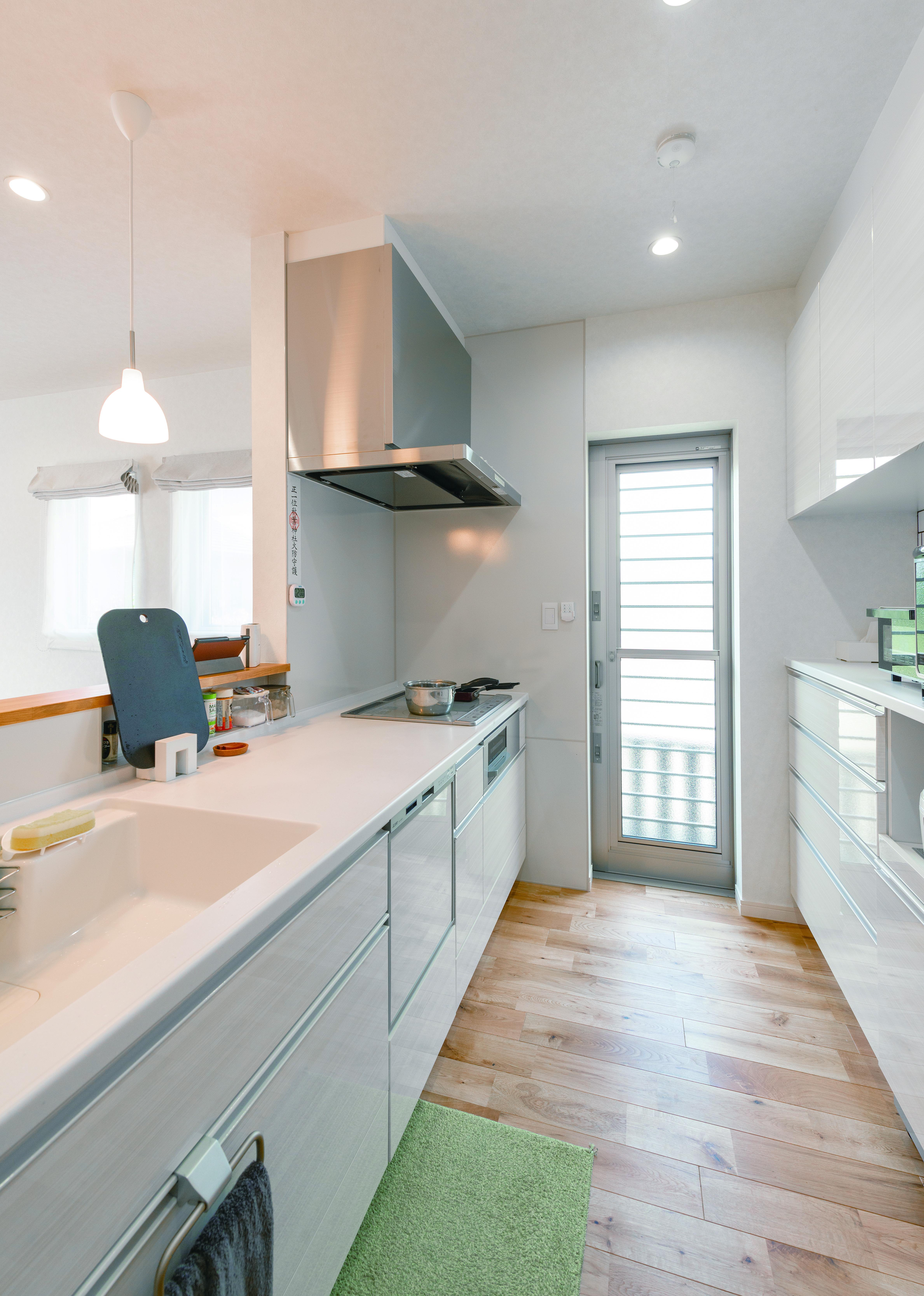 タツミハウジング【デザイン住宅、子育て、間取り】壁に合わせてキッチンも白で統一したのも、空間を広く感じさせるテクニック