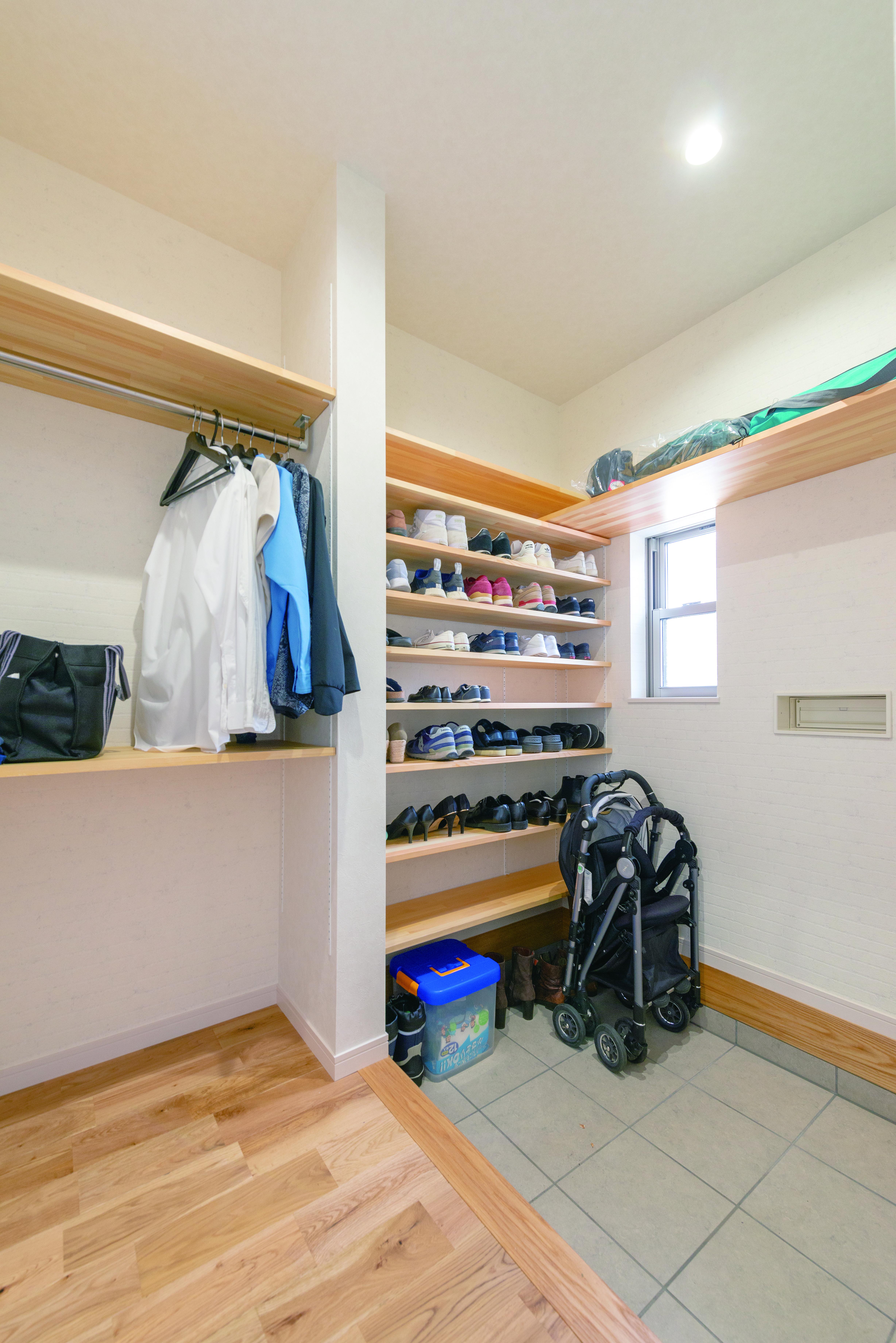 タツミハウジング【デザイン住宅、子育て、間取り】シューズクロークの隣にはハンガー掛けを確保。こうして随所にアイデア収納を設け、コンパクトな空間を無駄なく活かしている