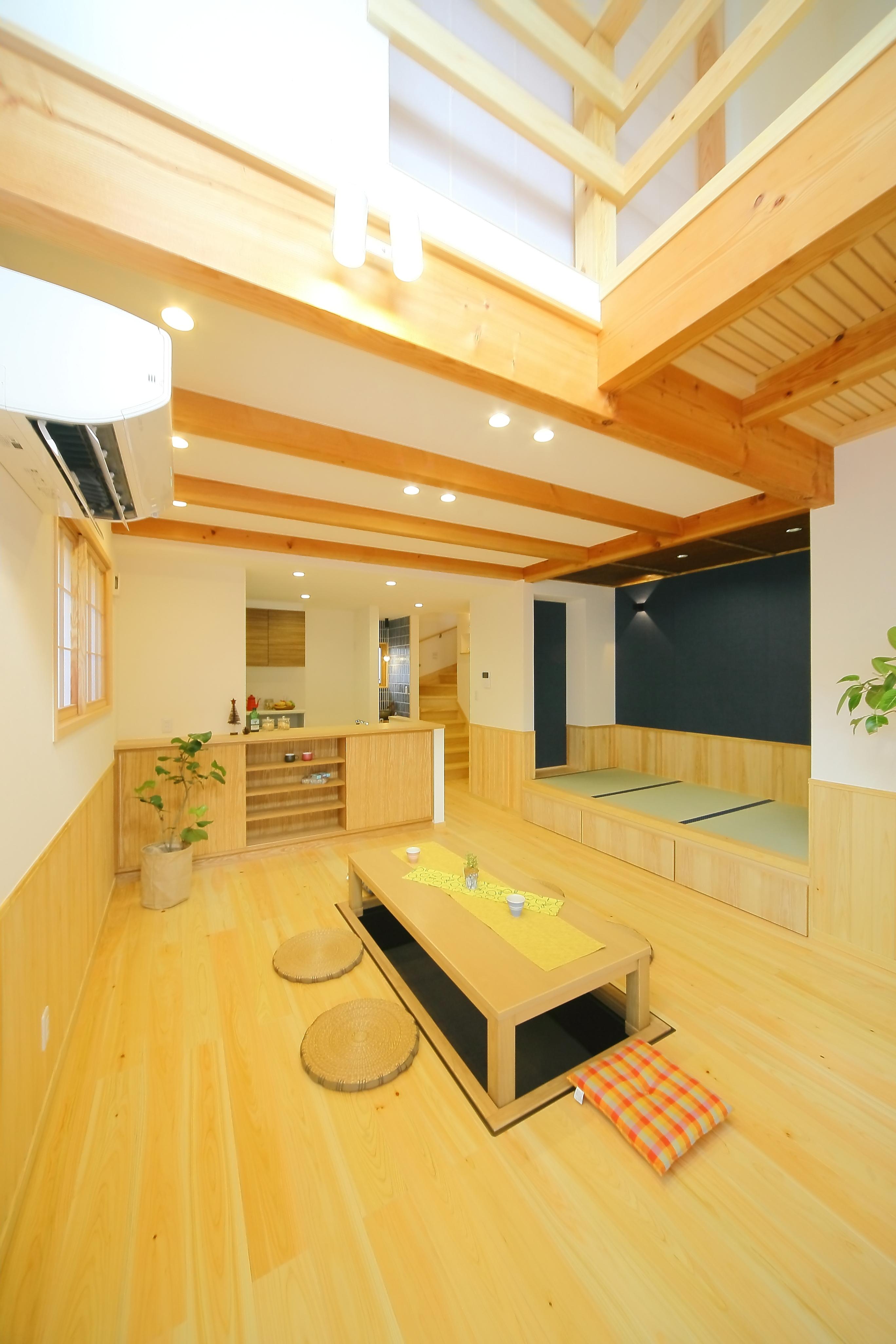 エコフィールド【二世帯住宅、自然素材、間取り】子世帯のLDK。掘りごたつと畳コーナーで「床座(とこざ)生活」を実現