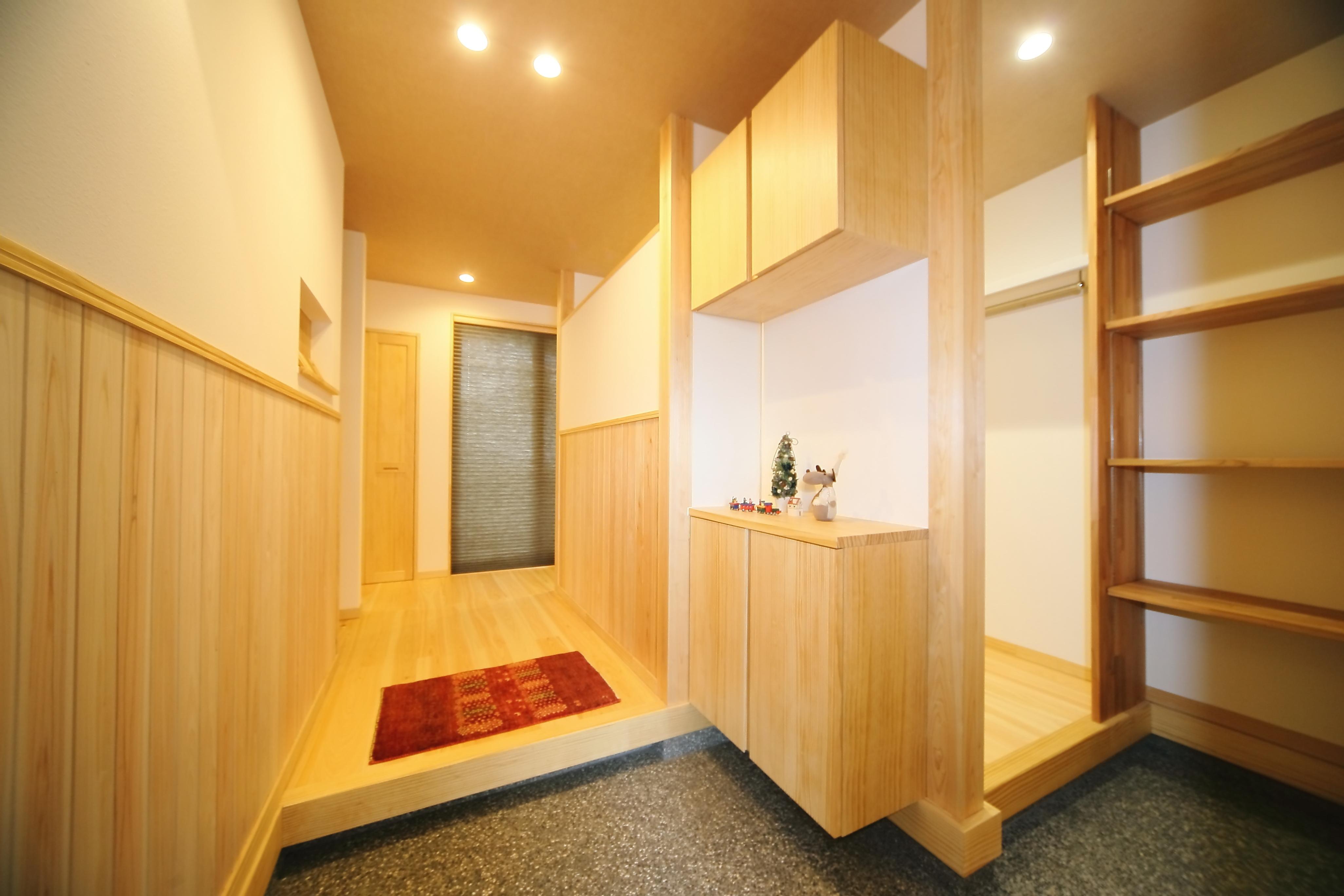 エコフィールド【二世帯住宅、自然素材、間取り】大型の多機能収納を配置した、子世帯の玄関ホール