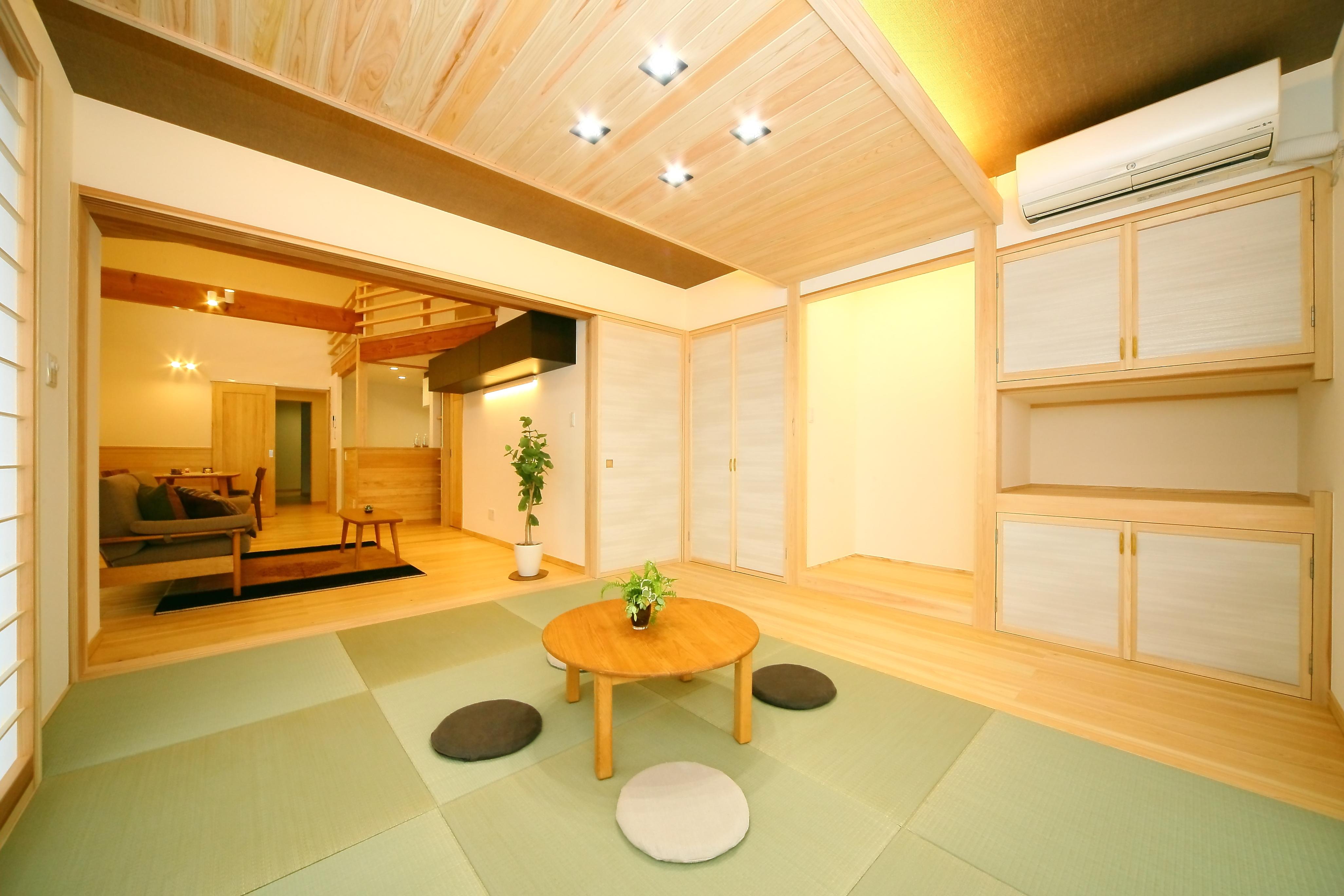 エコフィールド【二世帯住宅、自然素材、間取り】親世帯の明るく広々とした和室。スクエア畳と木目を生かした飾り天井が、洗練された雰囲気を醸し出す