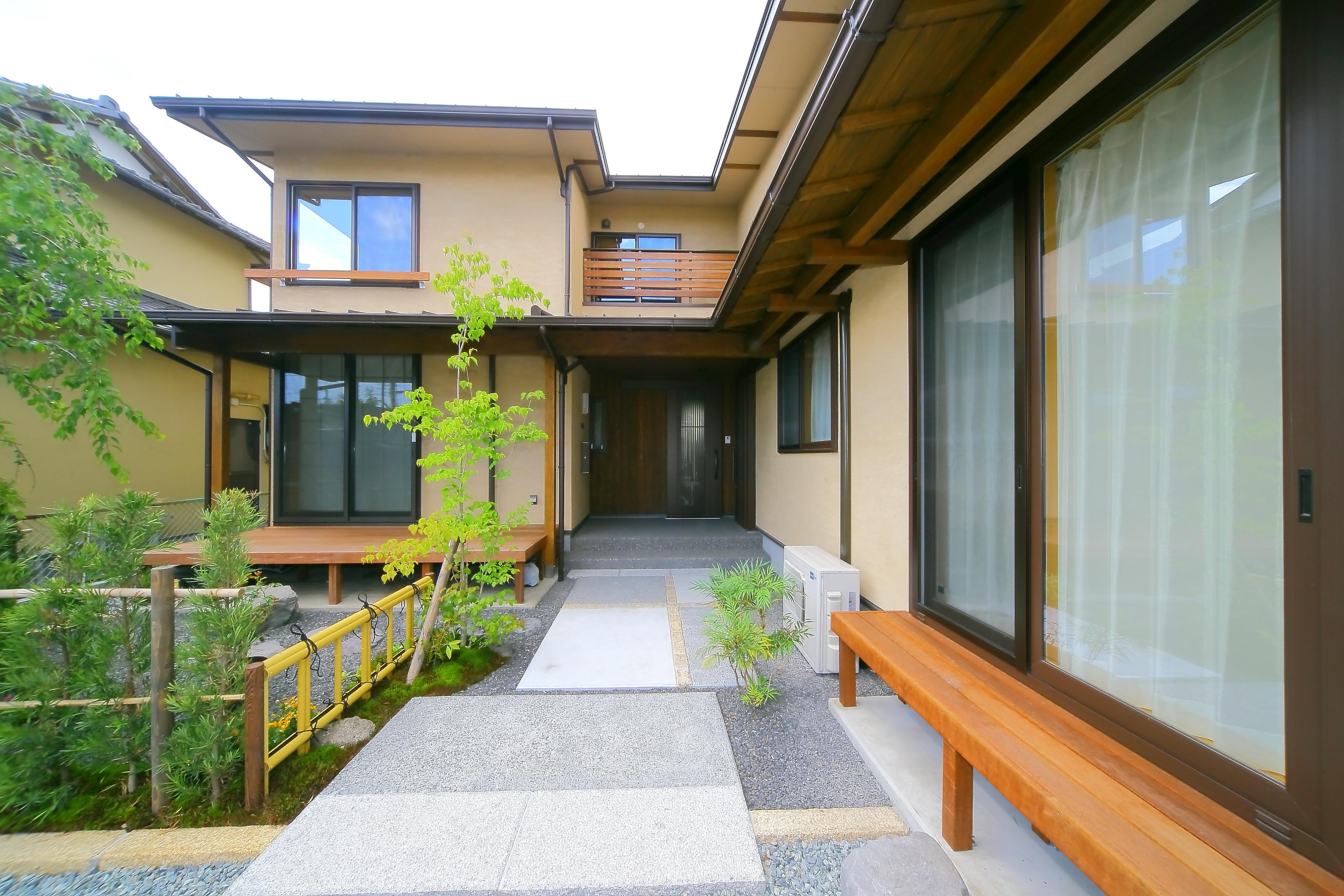 エコフィールド【二世帯住宅、自然素材、間取り】庭先から玄関まで、趣のあるアプローチがゲストを迎え入れる