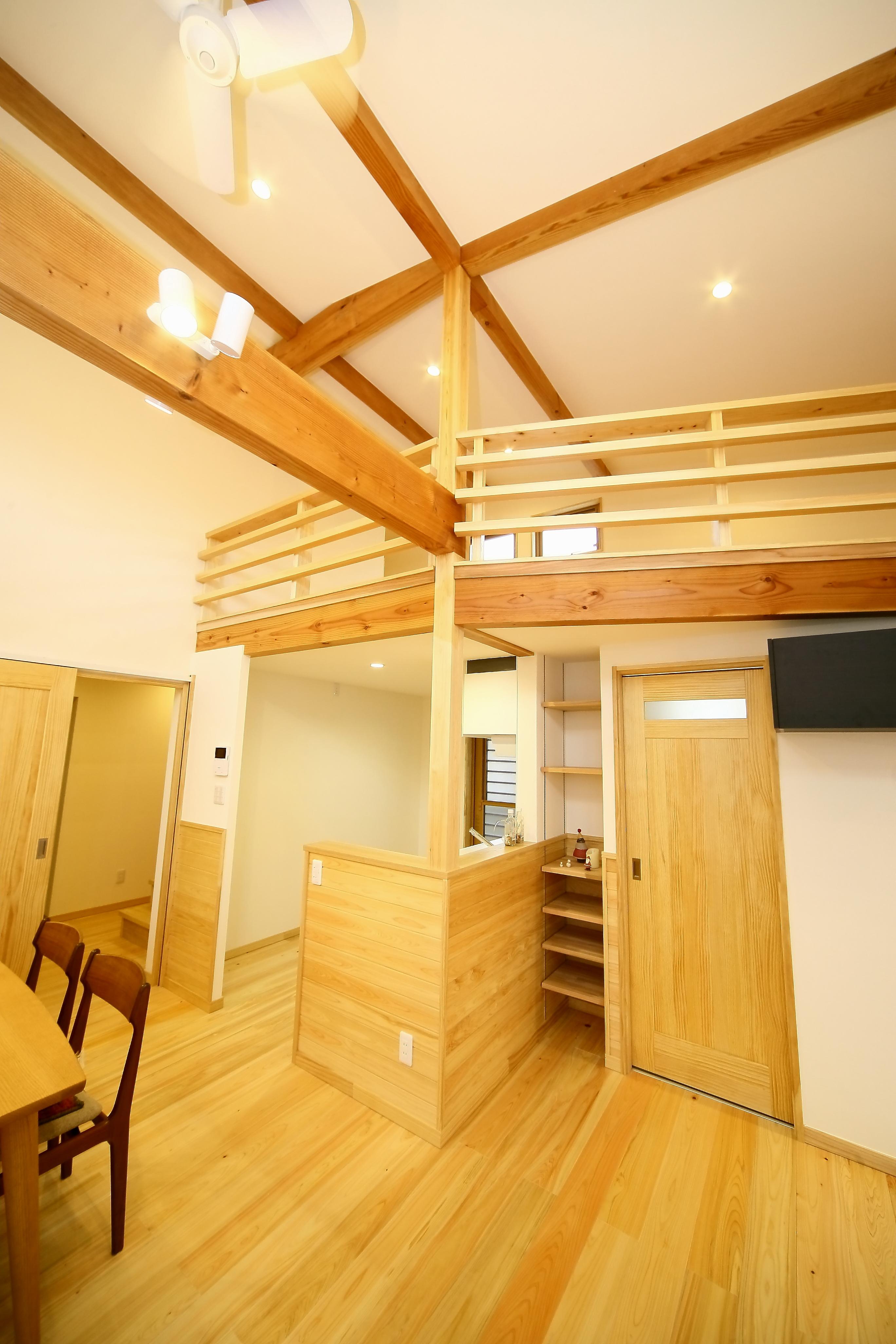 エコフィールド【二世帯住宅、自然素材、間取り】木の香りと温もりが心地いい親世帯のLDK。現しの梁と勾配天井が開放感をプラス