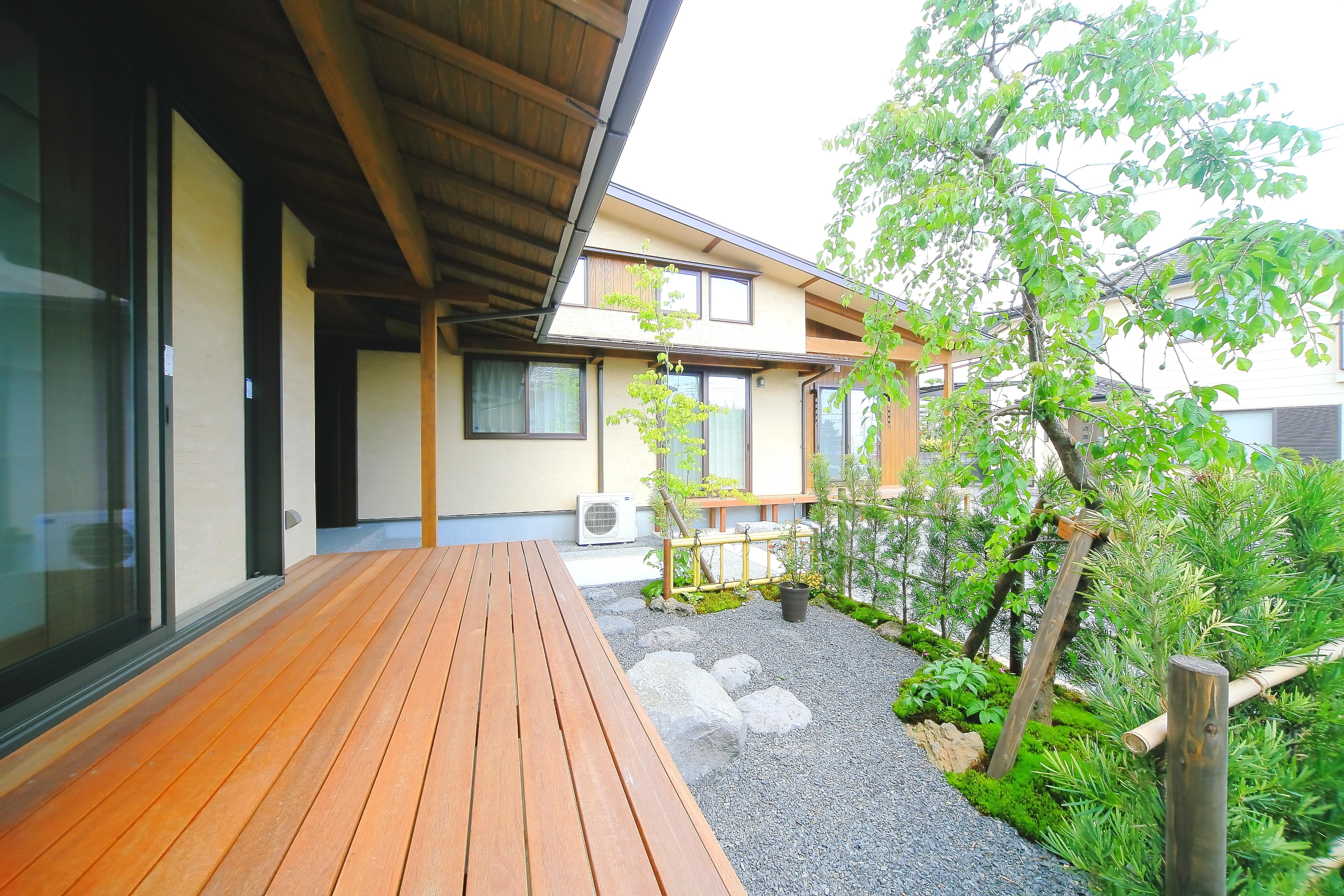 エコフィールド【二世帯住宅、自然素材、間取り】広めにとった縁側。目の前の庭の緑に癒されながら、のんびりお茶をするのも楽しい
