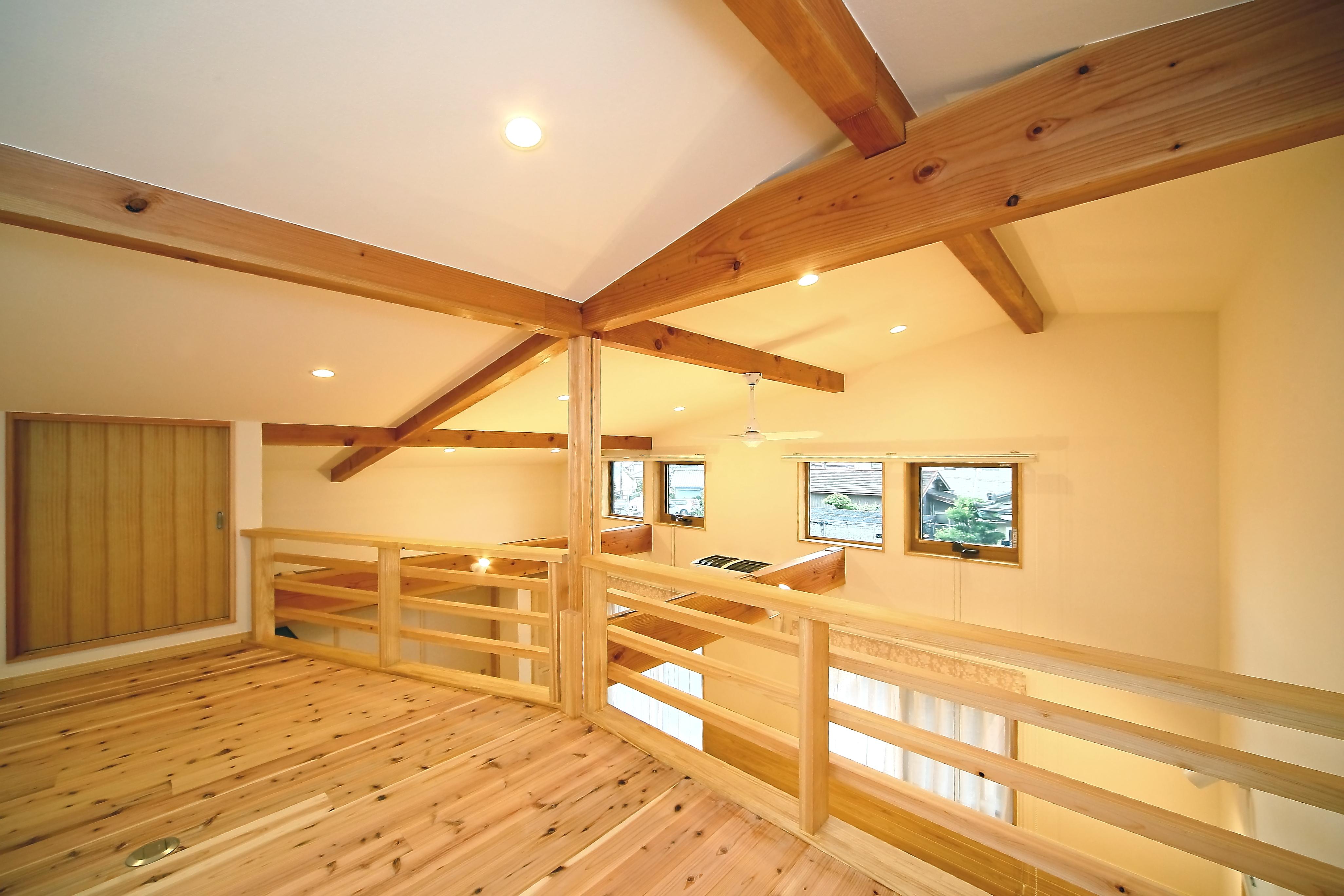 エコフィールド【二世帯住宅、自然素材、間取り】親世帯の大屋根を生かした広いロフトは、お父さまの趣味のスペースに