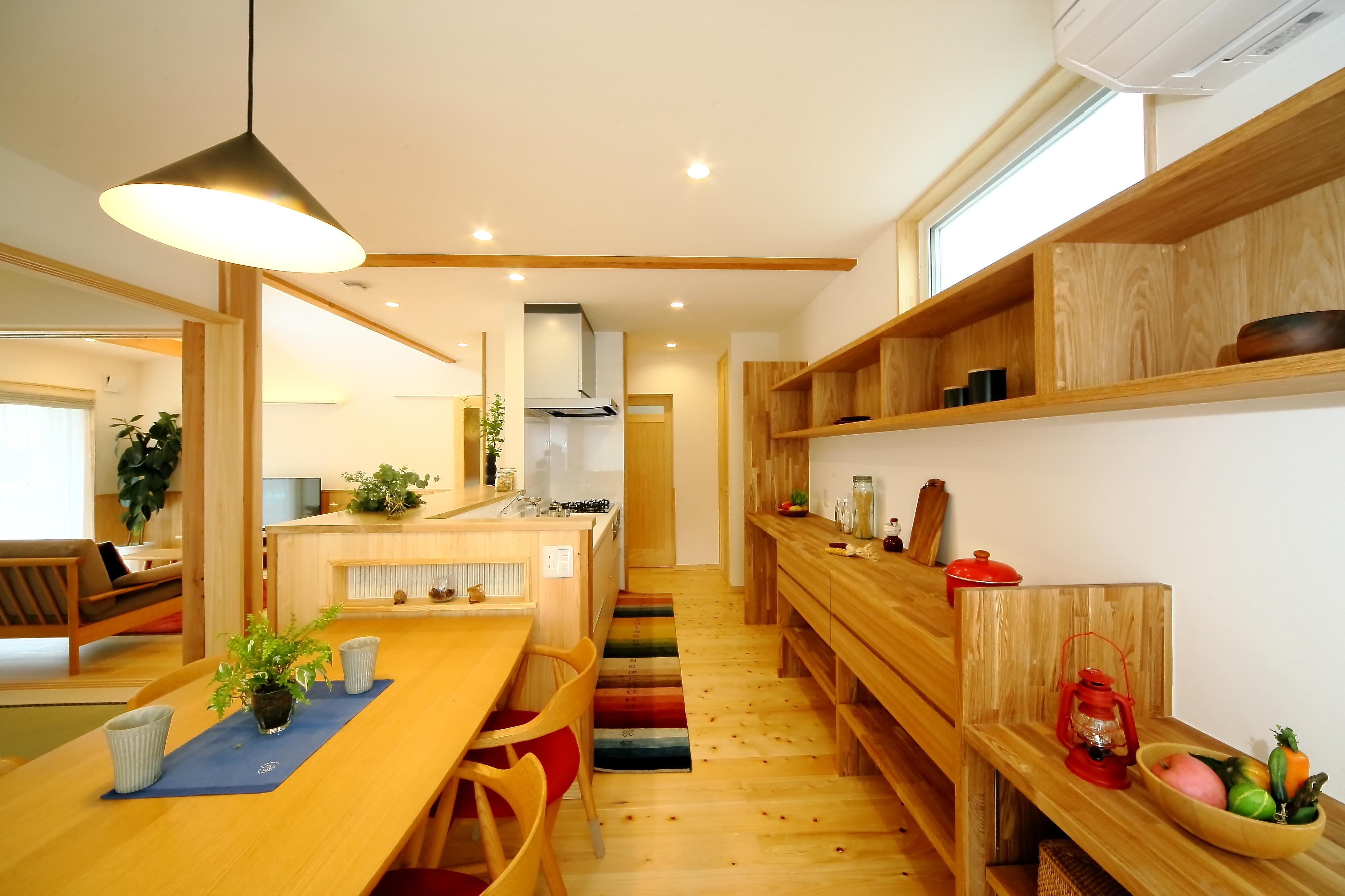 エコフィールド【収納力、省エネ、間取り】吹き抜けリビング~ダイニング~キッチン~和室がつながる広々とした空間。キッチンを拠点とした回遊動線が、毎日の家事時間を短縮