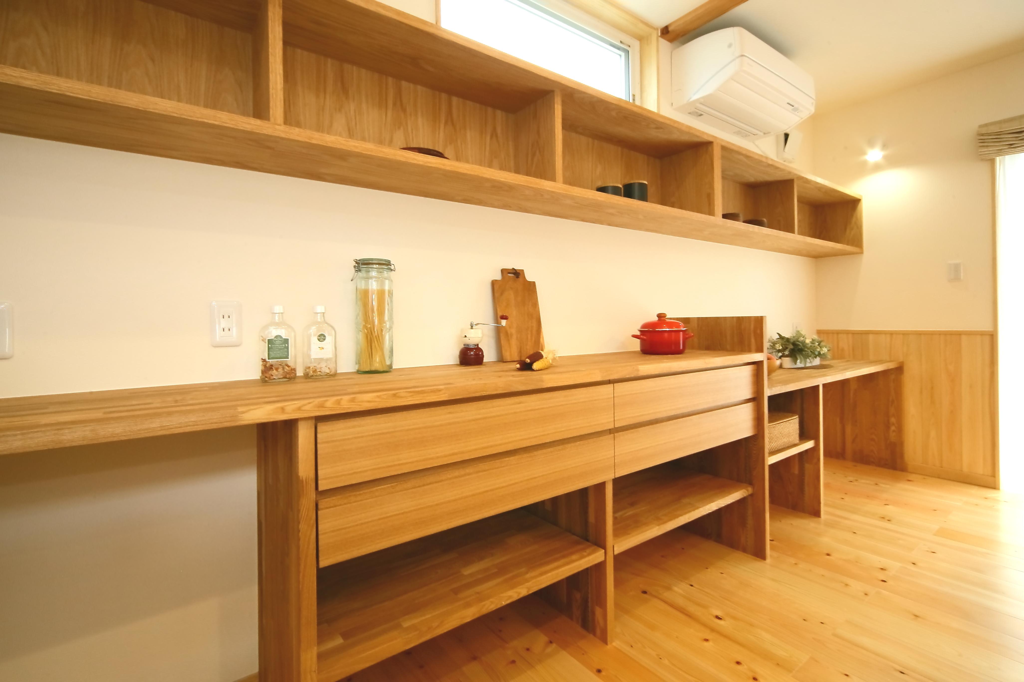 エコフィールド【収納力、省エネ、間取り】収納棚の右隅には、料理本やパソコンも置けて、ちょっとした書き物もできるデスクスペースを用意