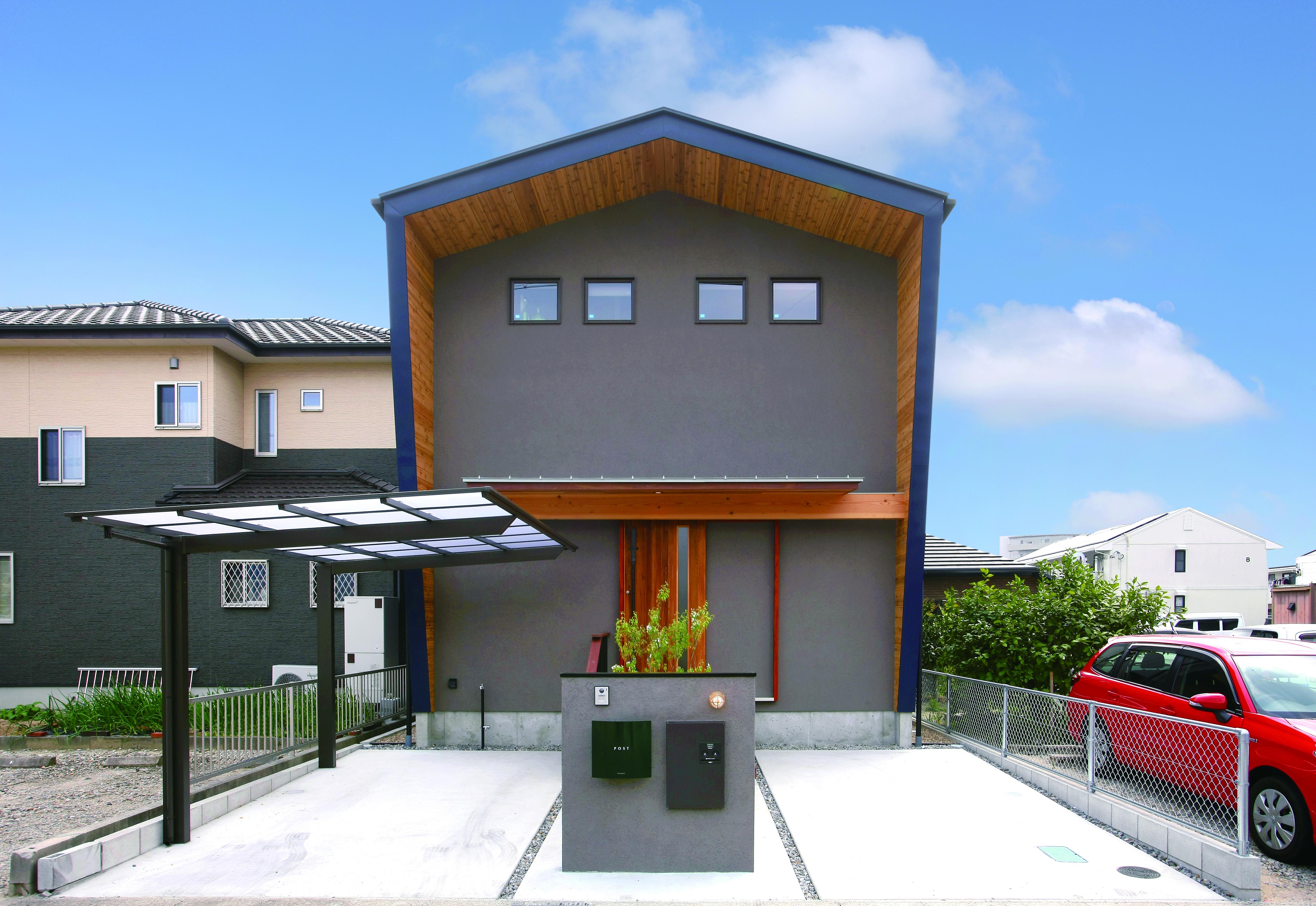 共感住宅 ray-out (レイアウト)【デザイン住宅、子育て、趣味】軒を深く出した三角屋根の外観。存在感を出しつつ周囲に溶け込むようなデザインを提案出来るのは建物と外構をトータルプロデュースする『レイアウト』ならではだろう