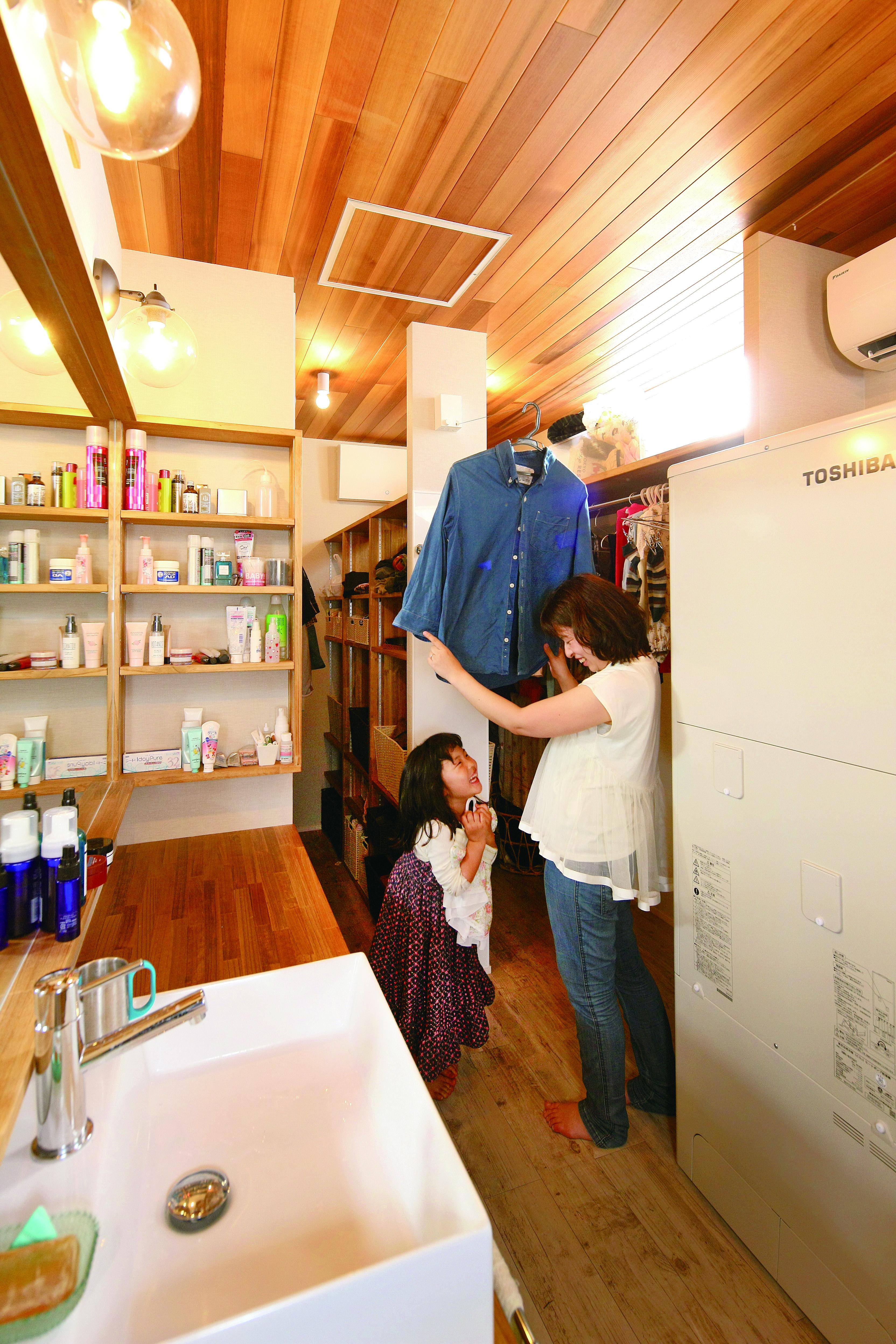 共感住宅 ray-out (レイアウト)【デザイン住宅、子育て、趣味】洗濯の動線ゼロのランドリー兼ファミリークローゼット。脱ぐ・洗う・干す・しまうが一か所で行える