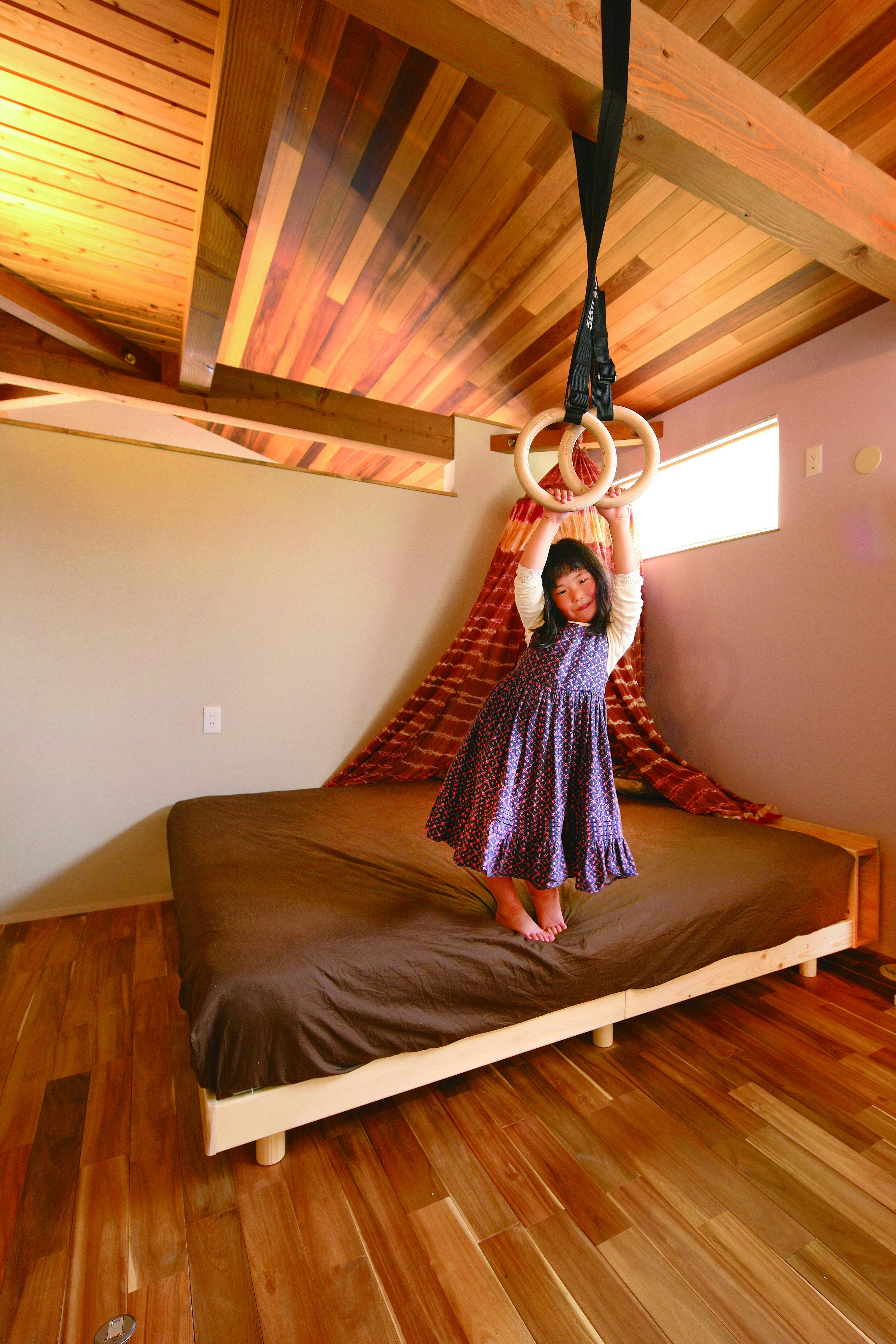 共感住宅 ray-out (レイアウト)【デザイン住宅、子育て、趣味】2階の寝室。どの部屋も壁の上を開けてあるので室内の空気が循環し、クリーンな空気をキープ