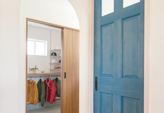 小玉建設|玄関からシューズクローク、パントリー、キッチンへとスムーズにつながる動線。奥さまの好きな北欧ブルーを随所に採用