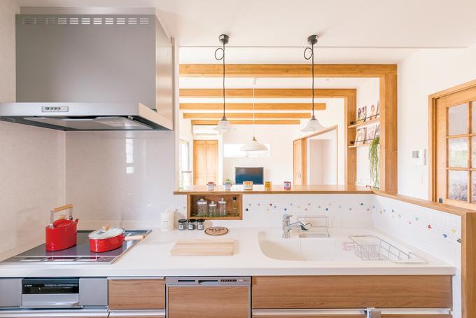 小玉建設|リビング、和室、庭まで見渡せる位置にキッチンを配置。モザイクタイルがアクセントに