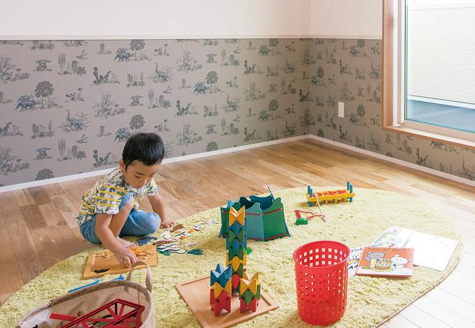 小玉建設|部屋ごとにクロスを変えて遊び心を演出。子ども部屋は今は広い遊び場として使い、成長に応じて間仕切りする予定