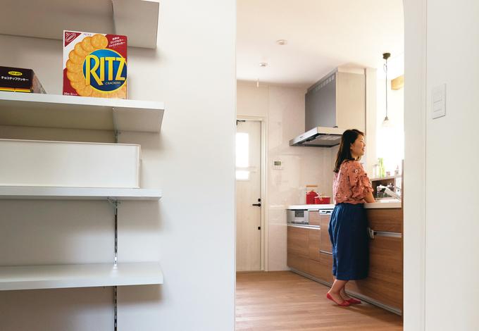 小玉建設|キッチンから数歩でパントリーに行ける動線が、共働きで子育てにはげむ奥さまの家事時間を短縮