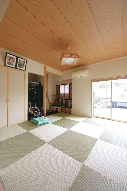 8畳の和室。市松模様の畳が空間に変化を与える。仏間、床の間、書院を残した。入居直前に亡くなったお祖父さまが大切にしていた書院を新しく生まれ変わった和室に再利用。仏間、床の間のある本格和室で優しい存在感を放ち、家族の成長を見守っている