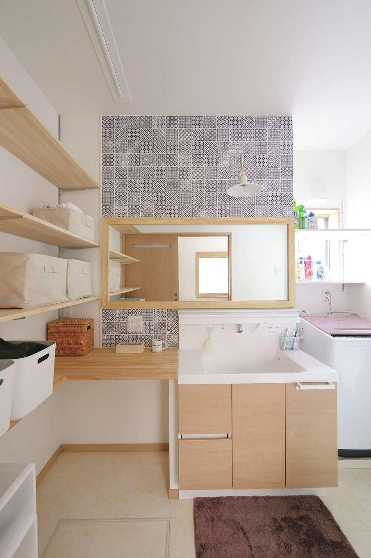 名古屋モザイクを贅沢に使った洗面脱衣室。収納も充実し、空間を常に美しくキープできる