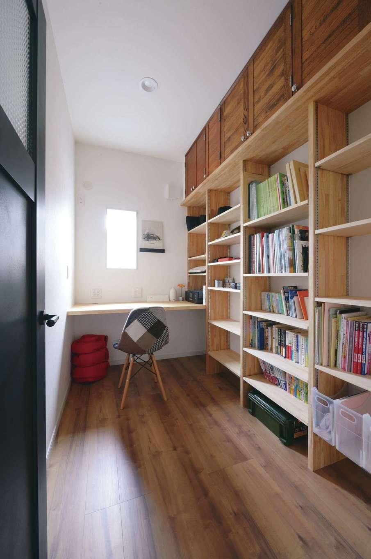 お婿さんであるご主人が一人になれる時間を持てるよう、奥さまのお母さまが提案してくれた書斎。旧家で使っていたキッチンの面材を収納の扉に再利用した