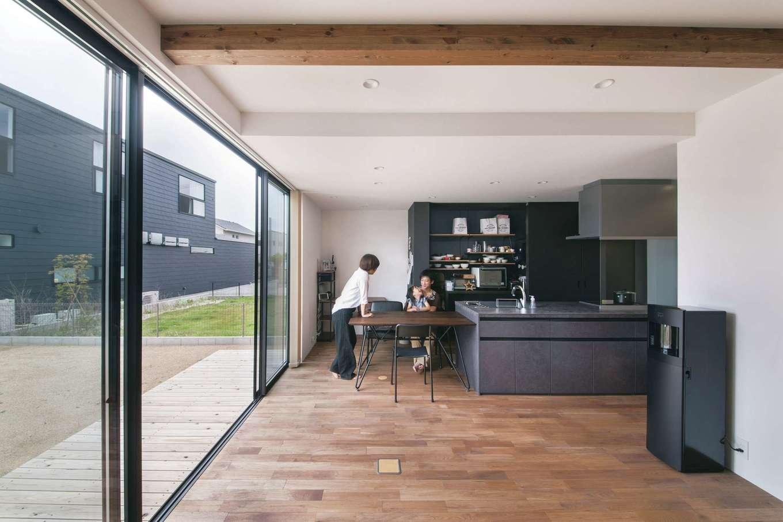 インフィルプラス【デザイン住宅、子育て、間取り】SE構法により、コンパクトでありながら開放的なLDKを実現。アイランドキッチンの背面には大きな扉の収納を確保。収納の側面はマグネット仕様になっている