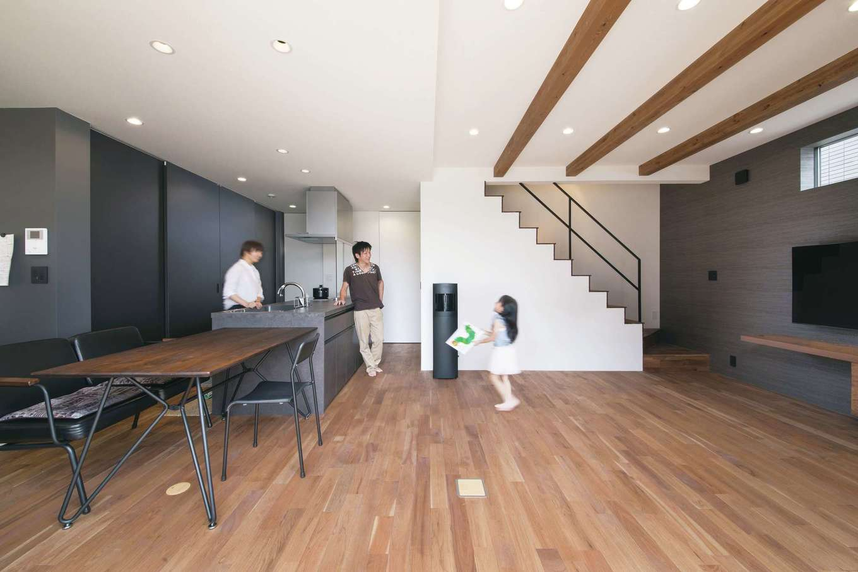インフィルプラス【デザイン住宅、子育て、間取り】クルミの無垢の床やアイアンの階段など、質感を重視した素材使いで、シンプルな空間を表情豊かに演出