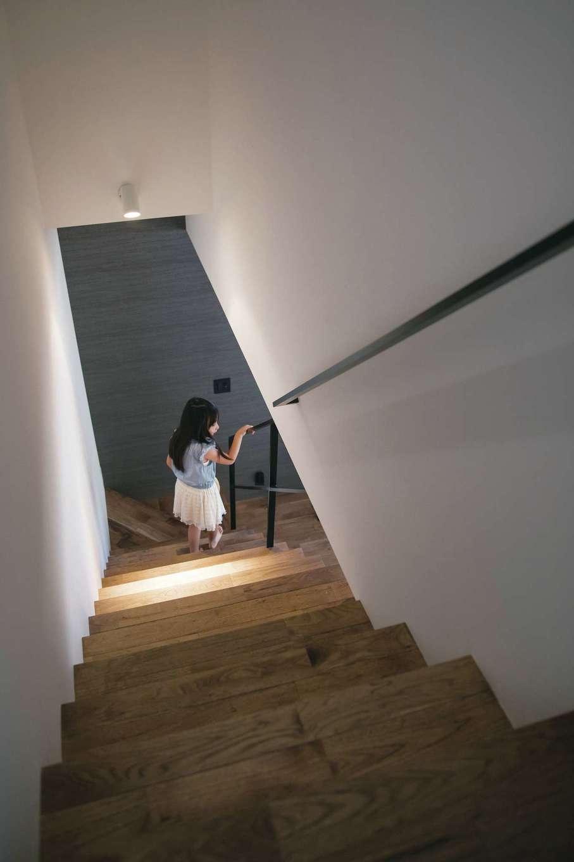 インフィルプラス【デザイン住宅、子育て、間取り】トントントン…無垢の階段を素足で歩くお子さまの軽快な足音。手すりの収まりなど細部までこだわりが感じられ、何気ない空間すら美しい