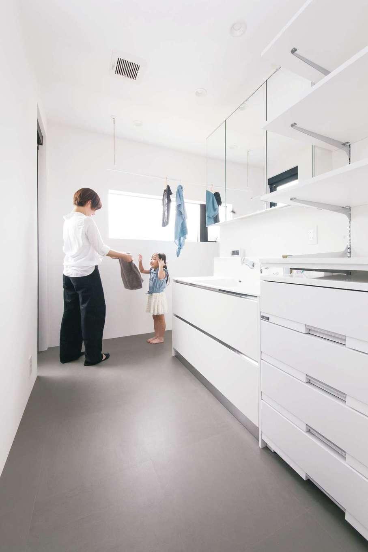 インフィルプラス【デザイン住宅、子育て、間取り】2階に水回りを配置し、洗面・脱衣スペースとランドリー、収納棚を一か所に集約。ベランダへの勝手口も設けてあるので、室内干しと屋外干しのどちらも便利