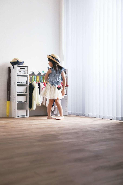インフィルプラス【デザイン住宅、子育て、間取り】新居には家族がそれぞれに自分時間を楽しめるプライベートルームを確保。こちらは子ども部屋。長女はパパのお手製のワードローブから服を選んで、自分で着替えをするのが日課。幼稚園に行く仕度も自分でするそう