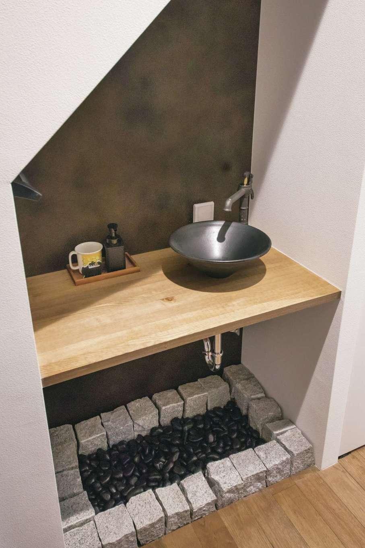 インフィルプラス【デザイン住宅、子育て、間取り】玄関の廊下に設けた手洗いコーナー。床に敷いた那智黒石とモザイク石は夫妻のアイデア。DIYで和のテイストをプラスした