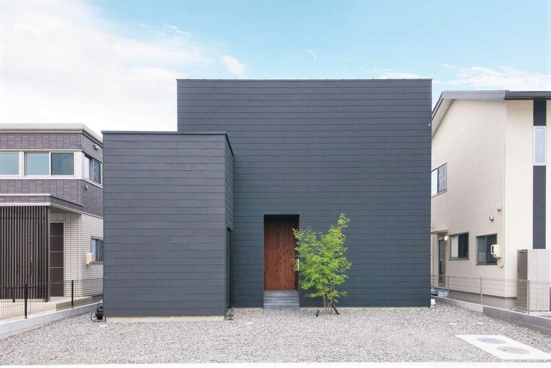 インフィルプラス【デザイン住宅、子育て、間取り】『インフィルプラス』のモデルハウス「MONO-house(モノ-ハウス)」に、プラス1スペースのアトリエを加えた上質な箱の家「MONO-house+(プラス)」。漆黒の瓦風の外壁は、モデルハウスを見て気に入り採用
