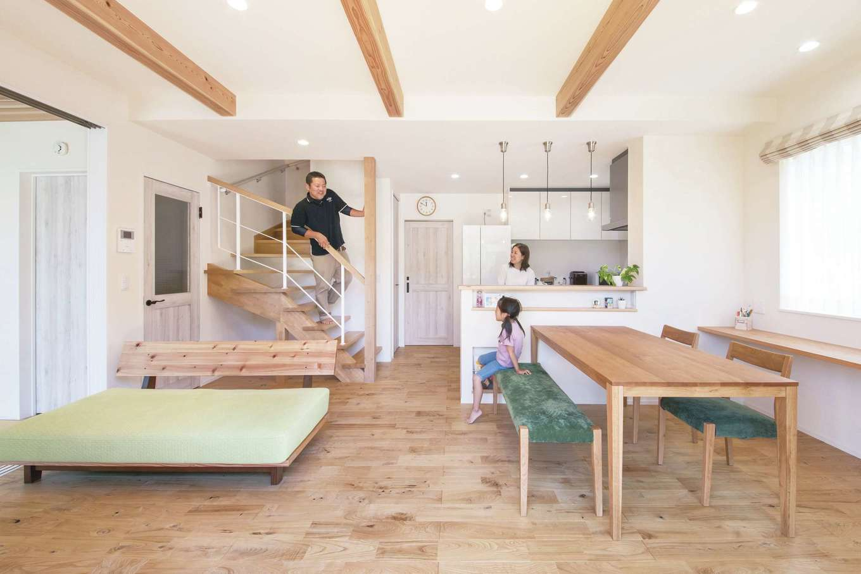 ワンズホーム【デザイン住宅、子育て、自然素材】機能的でおしゃれなストリップ階段は、ご主人が幼なじみの大工と一緒に、何度も角度を考え抜いた力作。奥さまは「インテリアまでコーディネーターさんが一緒に選んでくれたので、心強かったです」と満足そう