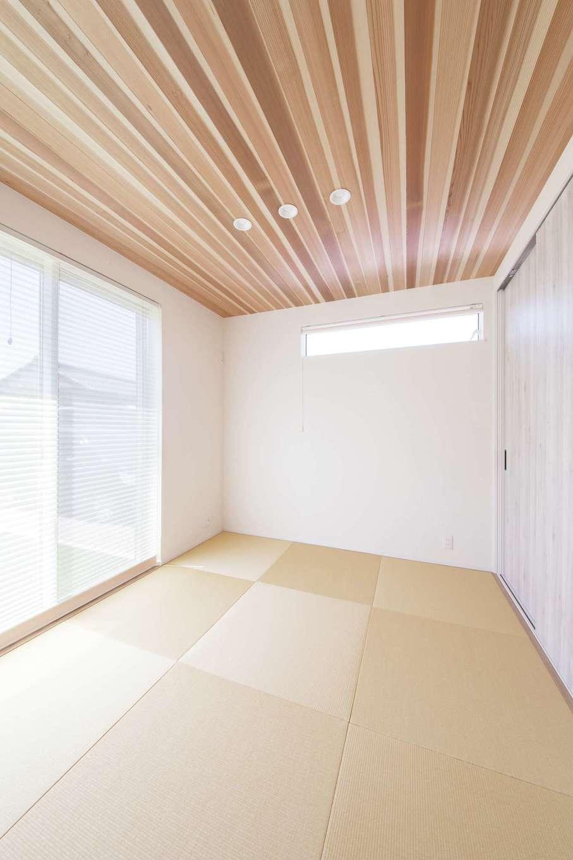 ワンズホーム【デザイン住宅、子育て、自然素材】LDKと一続きになる和室の天井に、無垢のスギ板を張り付けた。迫力のある仕上がりに