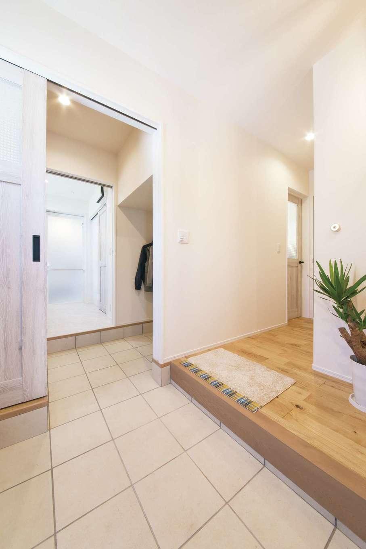 ワンズホーム【デザイン住宅、子育て、自然素材】玄関ホールを右手に進むとLDK。左手に進むと土間収納、洗面脱衣室へ繋がる
